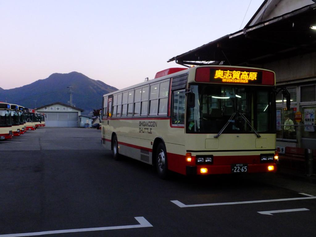 奥志賀高原行きバス 湯田中駅  山は高社山
