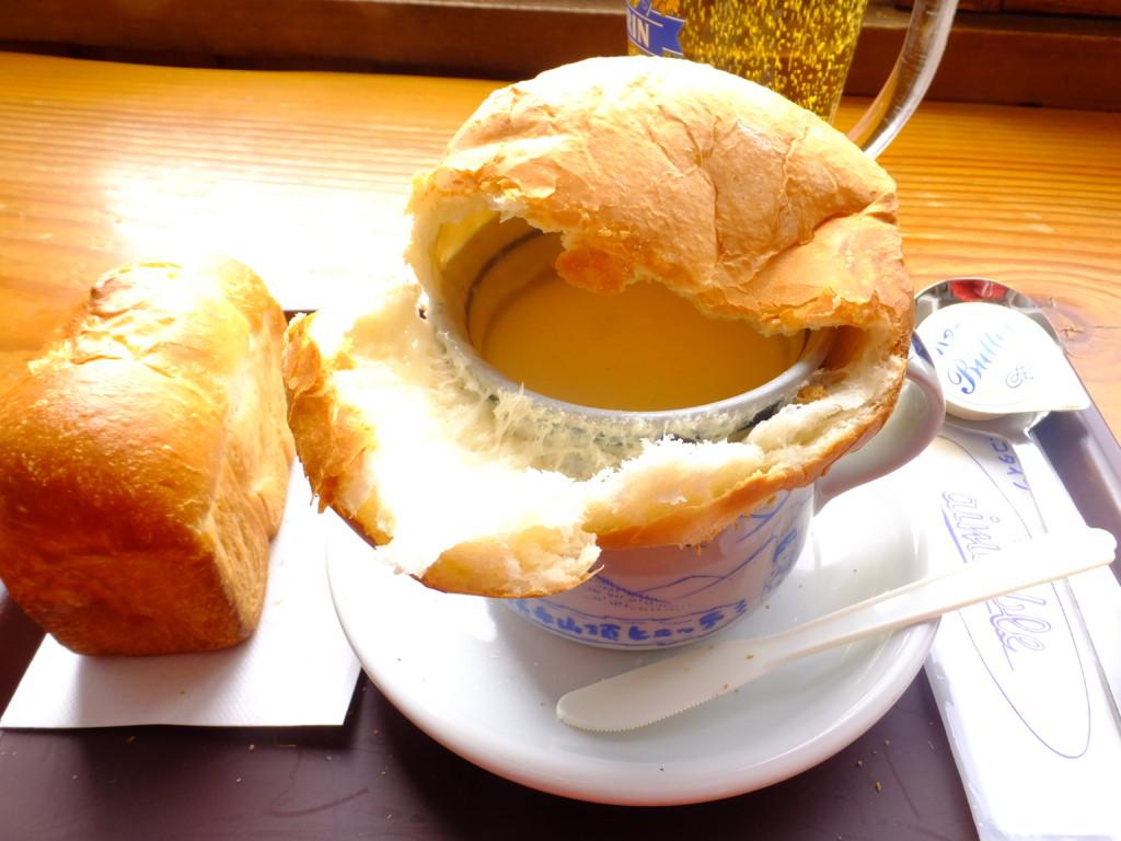 スープカップの上のパンを崩したところ