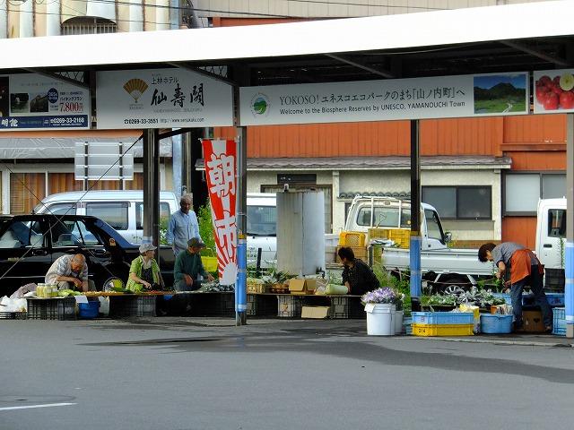 湯田中駅前の朝市
